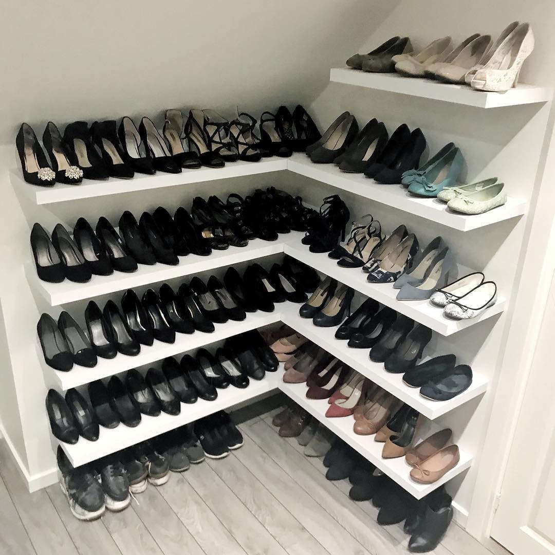 Estos muebles flotantes son la salvación para todos nuestros problemas de organización, ahora, piensa en lo ordenados que se verían tus zapatos en un rincón abandonado de tu casa.La idea es del usuario de Instagram @Fru_Lala, y no requiere de mucho espacio.