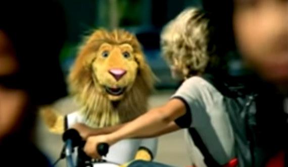 También es cooficial, pero en el vídeo sale el león que era la mascota del Mundial de 2006, así que el ranking de oficialidad es Il Divo > Esta > La de Shakira > Otras canciones que se hicieron en 2006 y no tenían nada que ver con el Mundial como por ejemplo 'Ain't no Other Man' de Cristina Aguilera o 'Dani California' de los Red Hot Chili Peppers, que a mí me gustaba mucho hasta que de repente la aborrecí.Lo mejor: Cuando sale el espíritu de un león de peluche persiguiendo a un niño.Lo peor: Que al final no explican por qué el espíritu de un león de peluche persigue a un niño.
