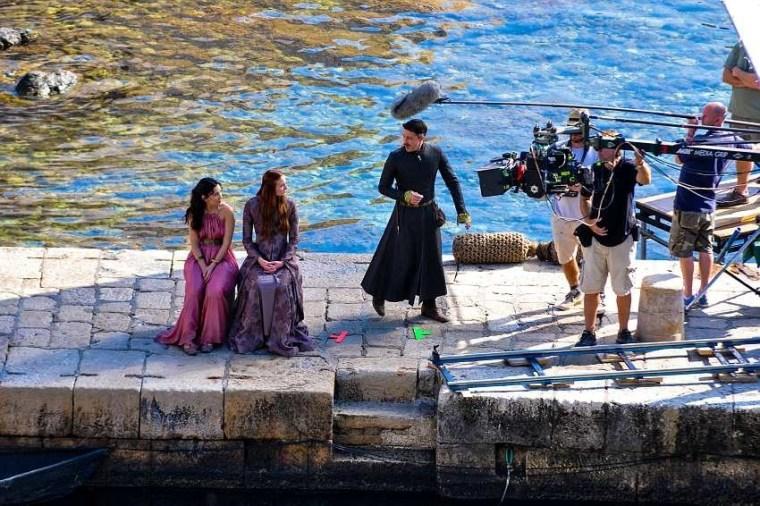Muitas das locações da série, especialmente na parte de King's Landing foram filmadas na cidade croata de Dubrovnik. Poderiam inclusive dar a taça para Cersei erguer se quisessem.