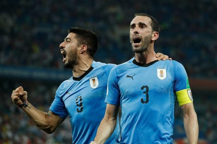 Suárez e Godín comemoram um gol do Uruguai contra Portugal, nas oitavas.