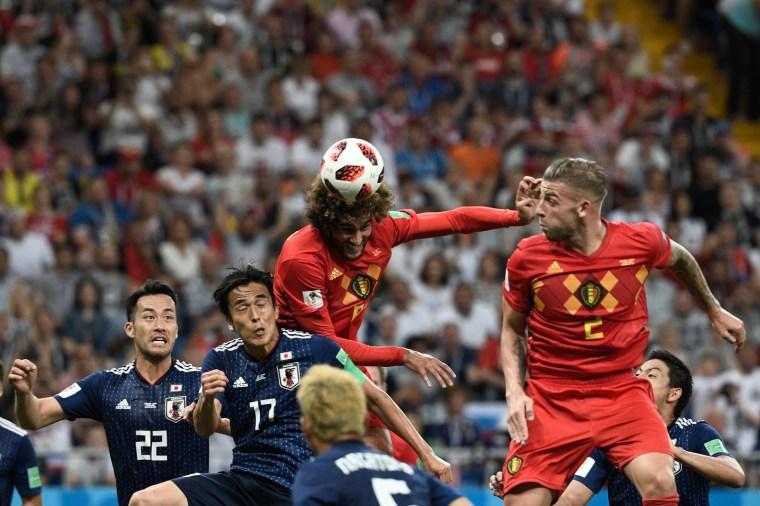 Nos acréscimos do segundo tempo, o meia Fellaini sobe mais alto que os japoneses para virar a partida: 3 x 2 para a Bélgica, que se classificou para jogar contra o Brasil.