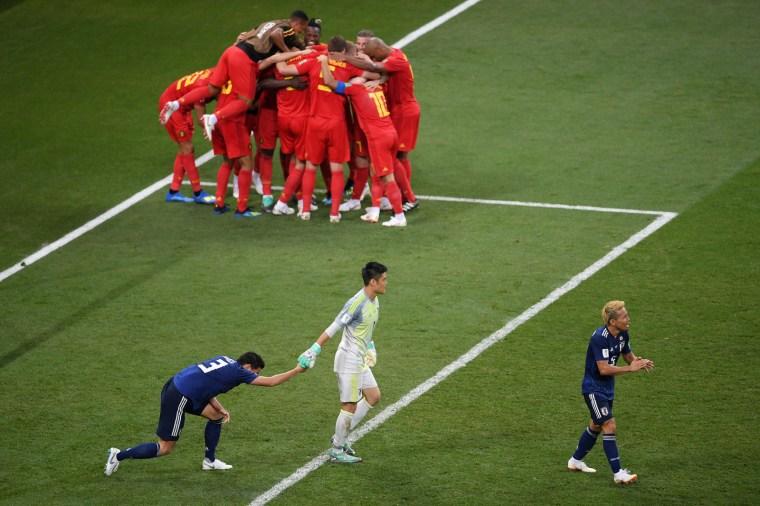 Belgas comemoram a virada contra o Japão.