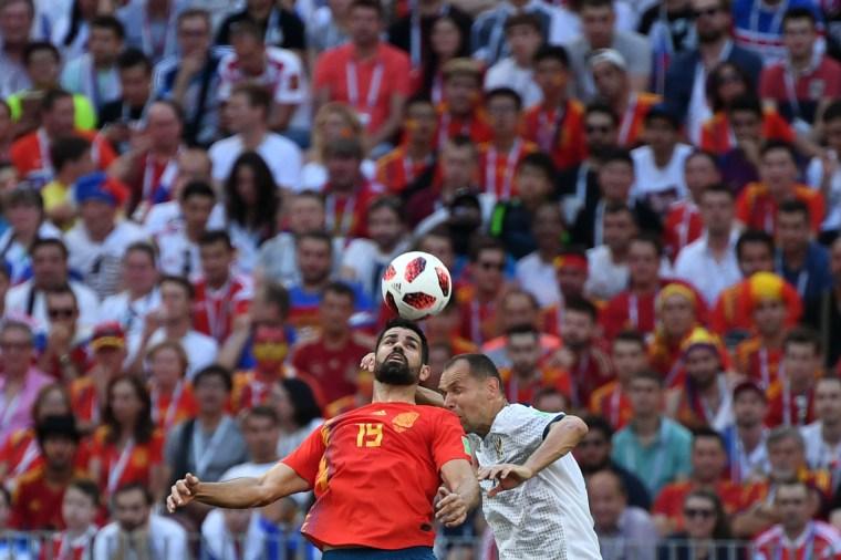 Diego Costa, da Espanha, disputa a bola com o zagueiro russo Sergey Ignashevich.