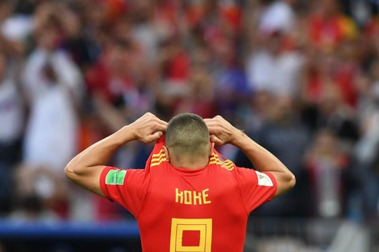 O meia Koke esconde o rosto após desperdiçar sua cobrança de pênalti contra a Rússia, que saiu vitoriosa da disputa.