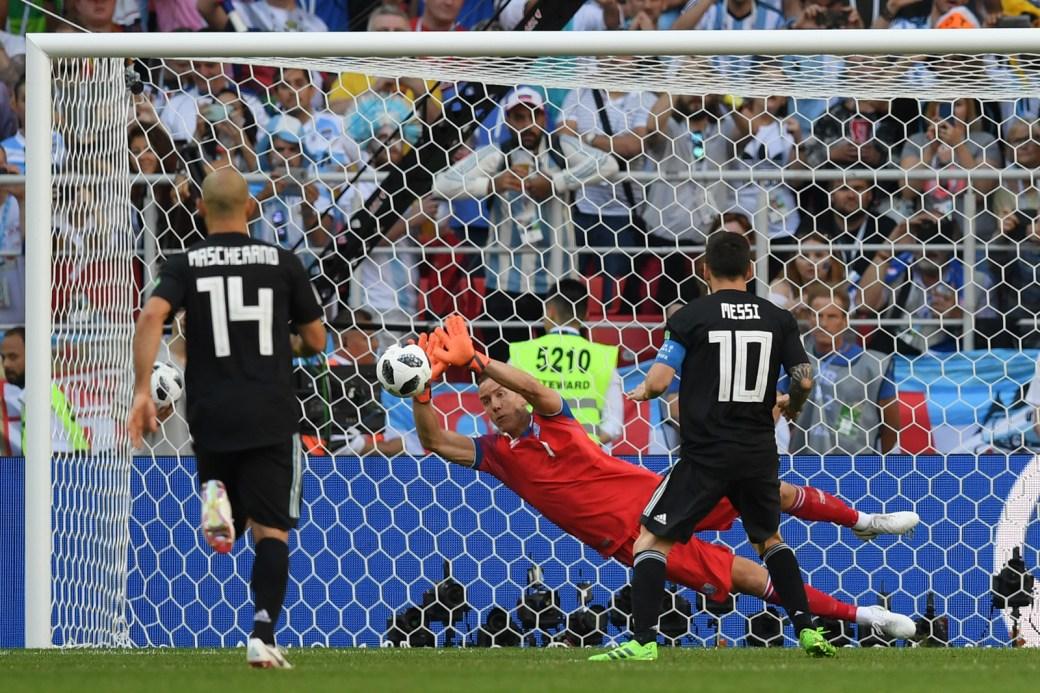 Halldorsson, da Islândia, salta para encaixar o pênalti batido por Lionel Messi.