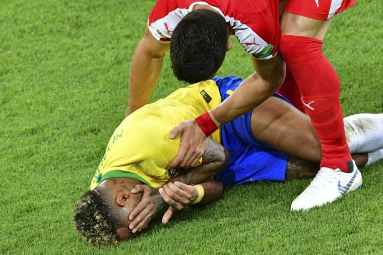 Tadic, da Sérvia, tenta falar com Neymar após o atacante brasileiro cair no chão.