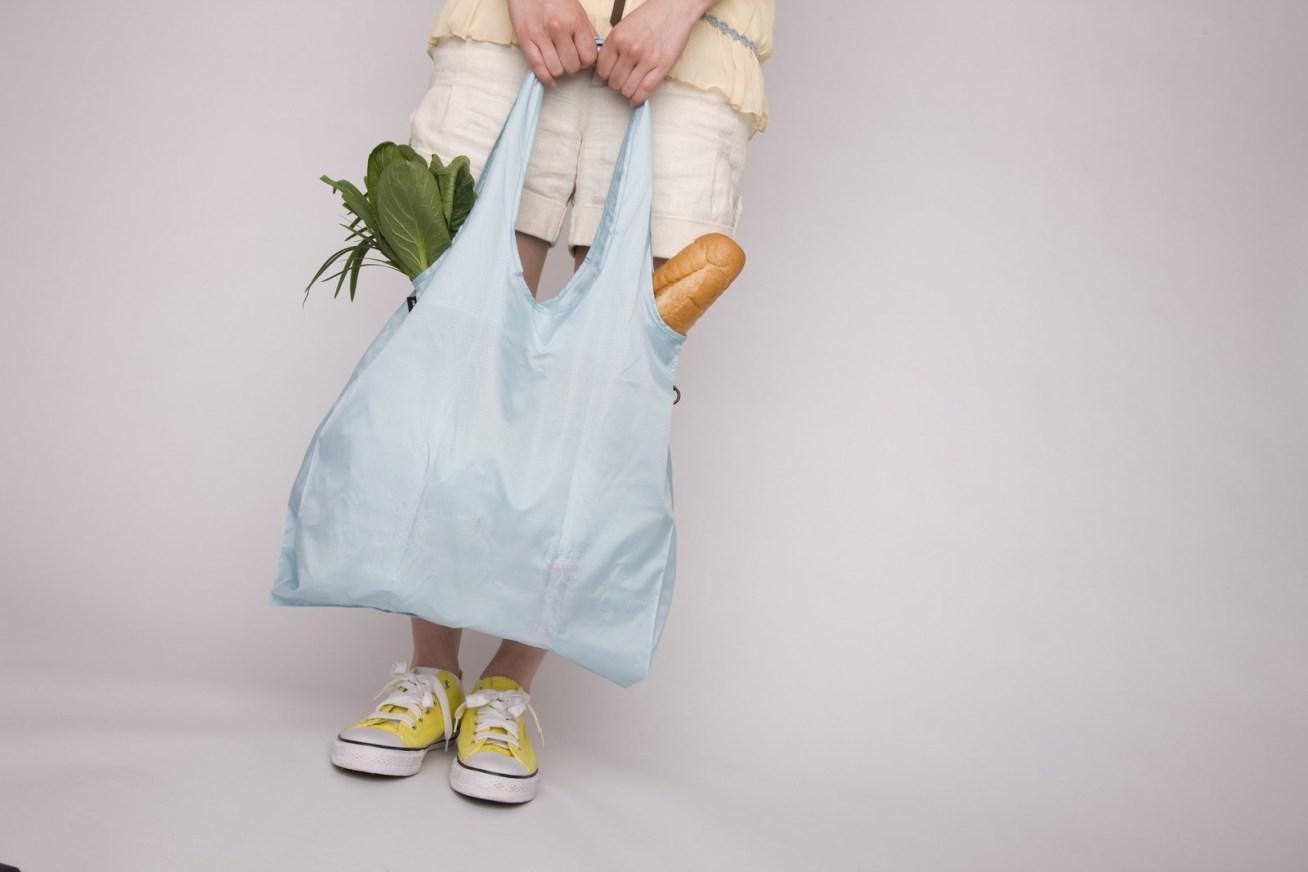 """Aquí te dejamos 18 razones para no usar bolsa de plástico NUNCA MÁS EN TU VIDA. Te recomendamos usar bolsas de tela o de cualquier material reciclable, pero, por favor, cuando te ofrezcan una bolsa plástica di """"no, gracias""""."""