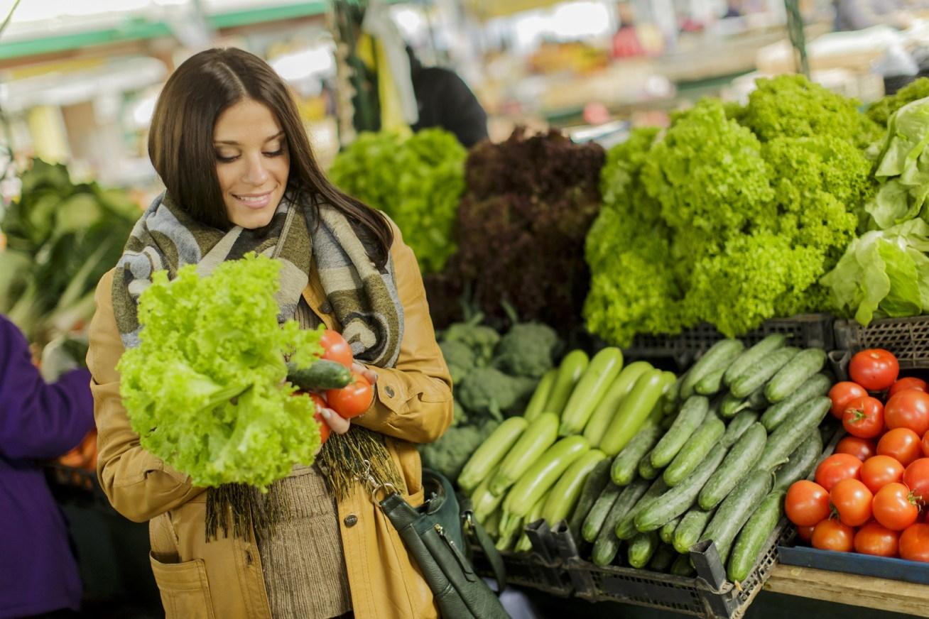 Por ejemplo, en vez de comprar lechugas para ensalada en bolsas, compra el ramo entero.