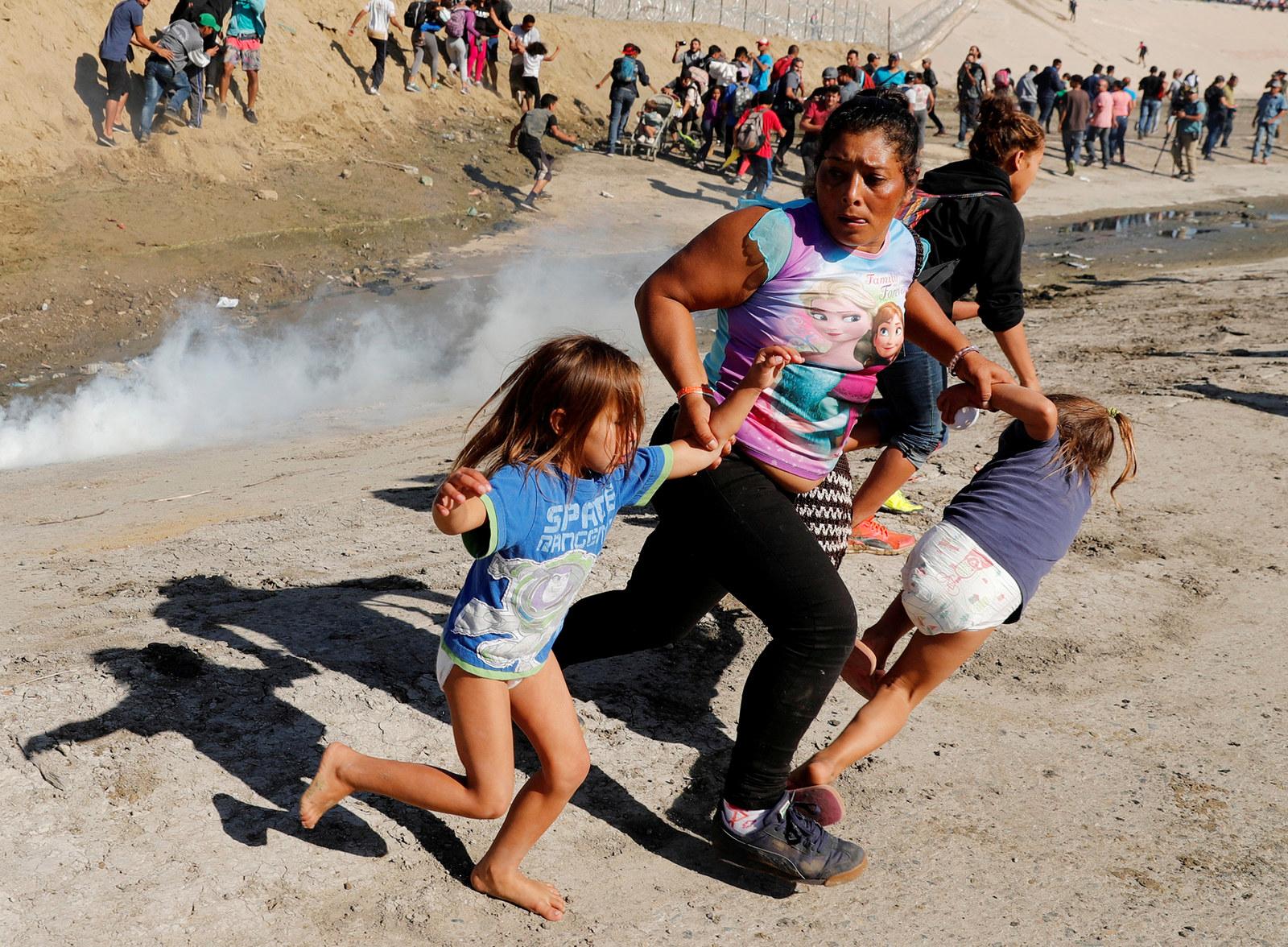 Estas imagens desoladoras mostram a dura realidade dos migrantes da caravana que tenta entrar nos EUA - Sabedenada