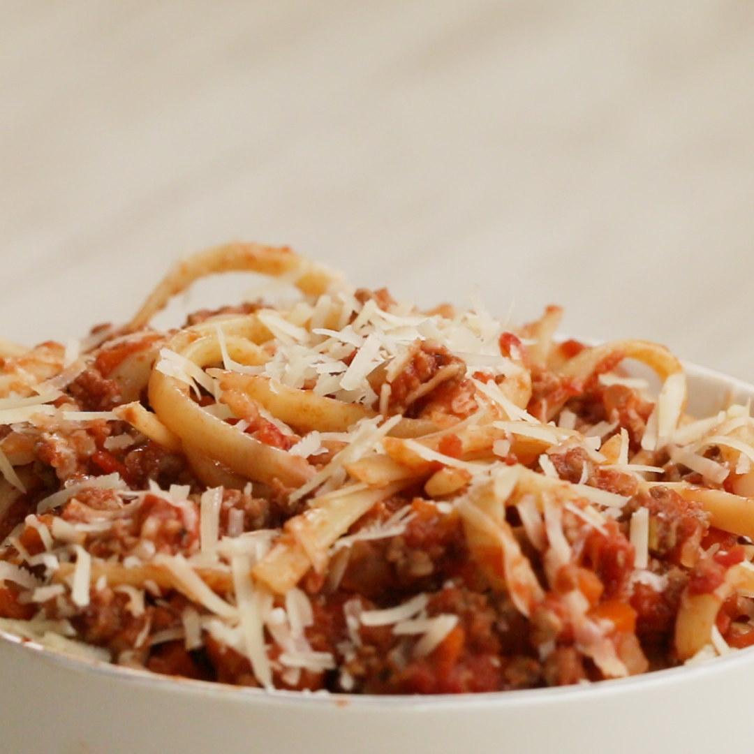 Você vai precisar de:2 colheres de sopa de azeite½ cebola picada1 cenoura picada1 salsão picado3 dentes de alho picados450g de carne moída2 colheres de sopa de extrato de tomate800ml de molho de tomate1 colher de sopa de orégano1 folha de louro300g de macarrão cozidoModo de preparo:1. Refogue a cebola, a cenoura e o salsão no azeite até ficarem macios.2. Adicione o alho picado, a carne moída e tempere com sal e pimenta.3. Cozinhe bem a carne.4. Adicione o extrato de tomate e cozinhe por 2-3 minutos, para caramelizar a carne.5. Adicione o molho de tomate, o orégano e a folha de louro, misturando bem.6. Deixe cozinhar no fogo baixo por 30 minutos, com a tampa entreaberta.7. Adicione o macarrão cozido e misture bem, aproveite!