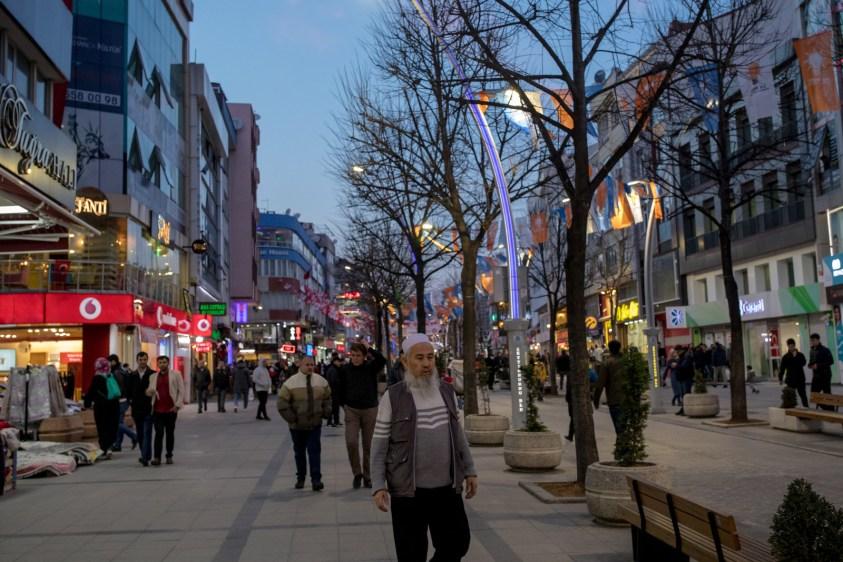 イスタンブール、ゼイティンブルヌのメインストリート。移住してきたウイグル人たちが集まる場所になっている。
