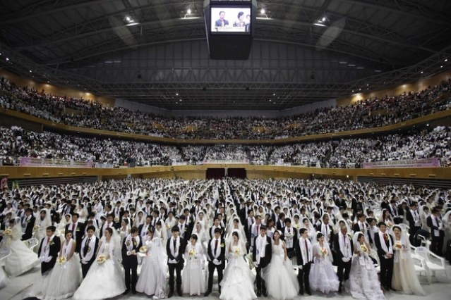 21 Surreal Photos From A Moonie Mass Wedding