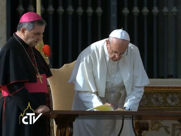 Resultado de imagem para imagem do vaticano onde o papa francisco assina a carta apostólica misericórdia e misera