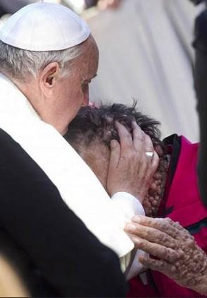 Em seu pontificado, Francisco enfatiza a necessidade de ser próximo aos mais fragilizados / Foto: Arquivo - L'Osservatore Romano