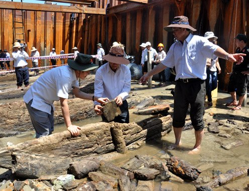 Dr. Nguyen Dinh Chien, deputy director of the Vietnam National History of Museum said archaeologists found traces of straw used to cover pottery items.