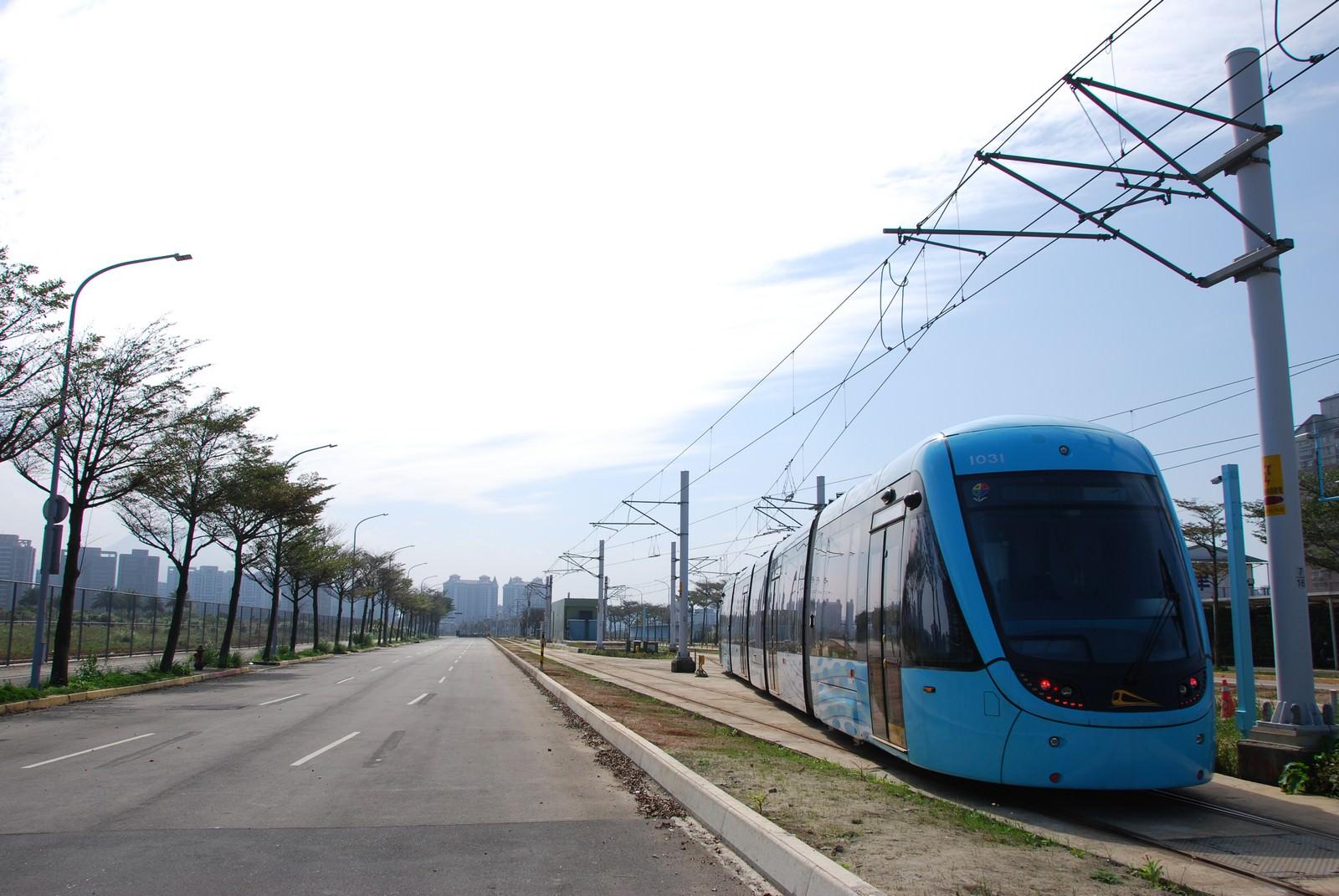 淡海輕軌綠山線, 輕軌崁頂站, 列車