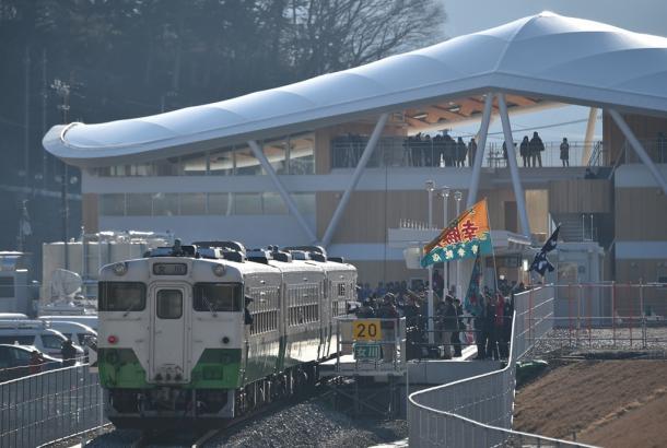 写真2 2015年3月に再開したJR女川駅。駅前での催しで集客をめざすが、列車は1時間に1本程度=宮城県女川町