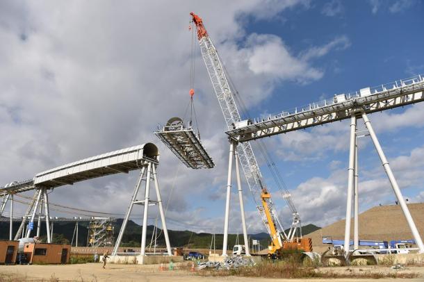 写真3 解体が始まったベルトコンベヤー。1年半で、約504万立方メートルの土砂を運んだ。10トントラックなら9年かかるといわれた=岩手県陸前高田市