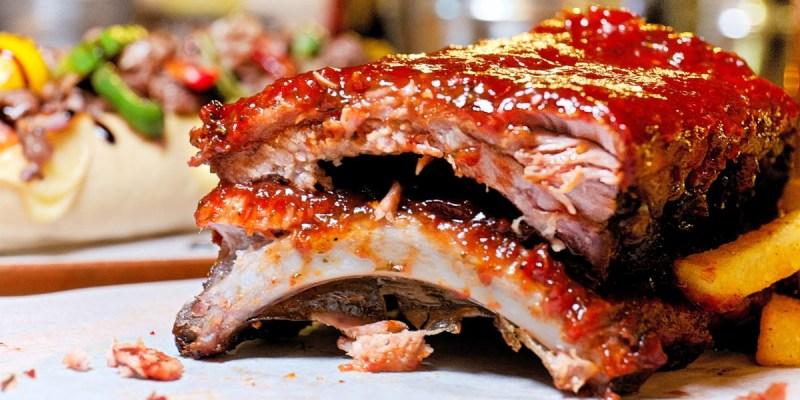 超大豬肋排鹹甜微辣好過癮!還有手作麵包飲料無限續,道地美式料理就在Just Diner!