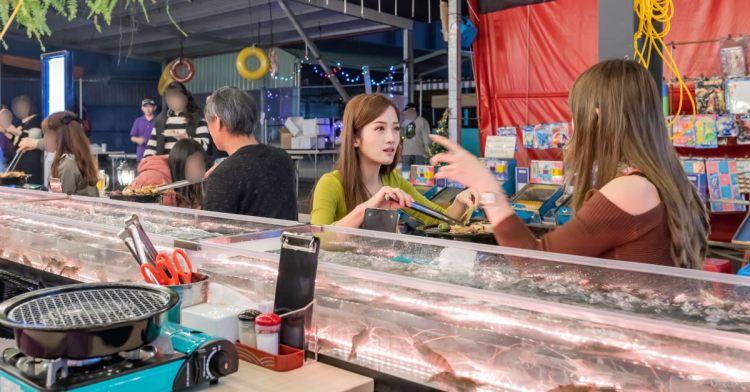 台中第1間泰國流水蝦就在這!全台首創18米玻璃透明LED水道,還有熟食沙拉熱炒海鮮時蔬甜點冰淇淋吃到飽