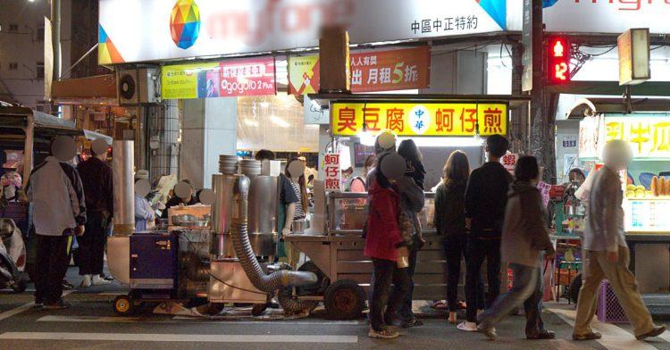 中華夜市臭豆腐蚵仔煎,還沒開攤就有客人在守候!營業至凌晨3點夜貓子最愛