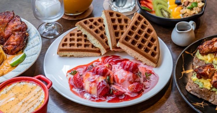 木門咖啡,超多顆草莓搭配卡士達與冰淇淋!鬆餅蛋香與酸甜果香交織好誘人!