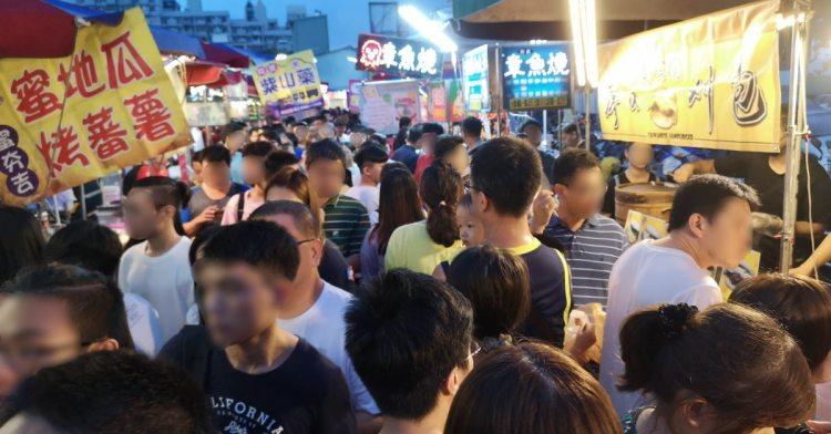 大慶夜市今天開幕啦!人潮竟然比旱溪夜市還要塞,有些區域根本塞到走不動!
