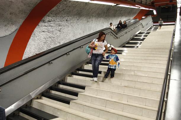 Resultado de imagen para piano en las escaleras del metro