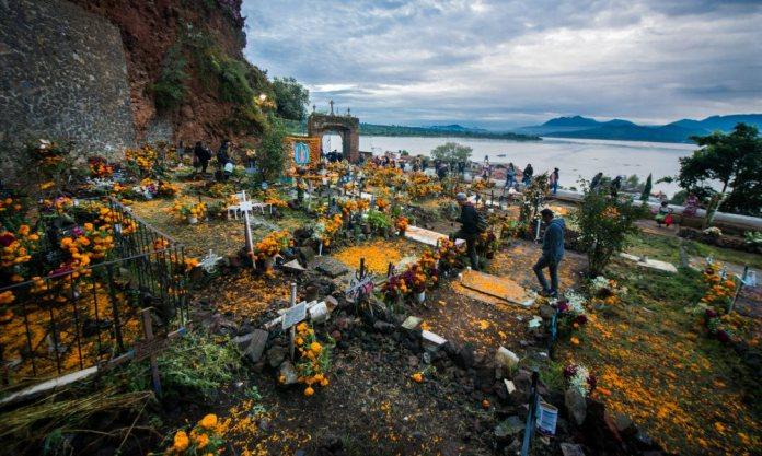 chilango - 💀 Escápate a tres días de fiestas de Día de Muertos en Michoacán  🎃