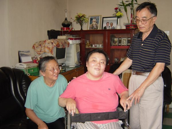 Zhu Ling and parents. Zhu Ling was the victim of thallium poisoning when she was a student at Tsinghua University in 1995. The person who poisoned her remains unknown to this day.