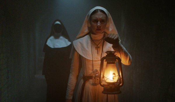 La religieuse Valak harcèle une jeune religieuse dans un couloir sombre