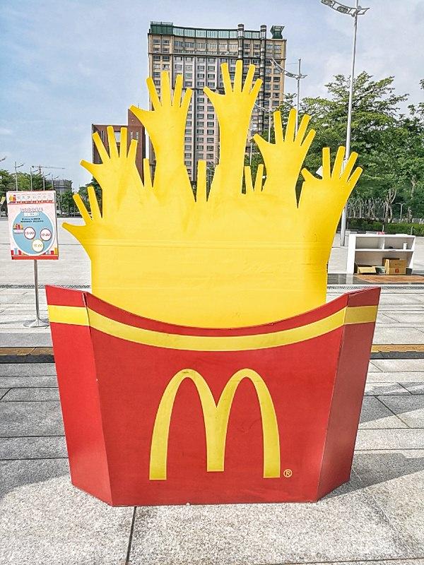 20180629164838 2 - 麥當勞徵才只有三天!麥當勞巨無霸薯條在台中出現了,錯過就沒了