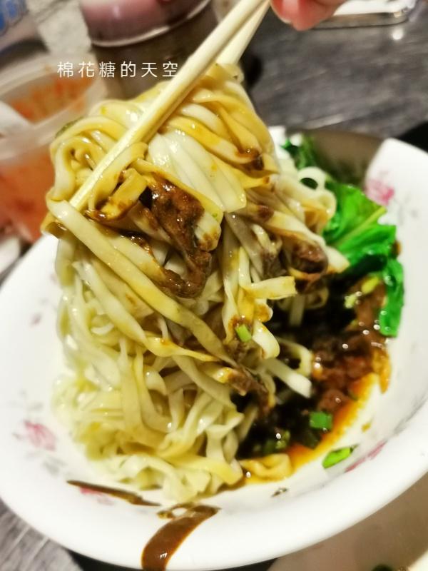 20200605231150 14 - 圍牆旁邊吃陽春麵~台中老店阿春麵担人潮很多啊!
