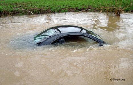 coche al agua