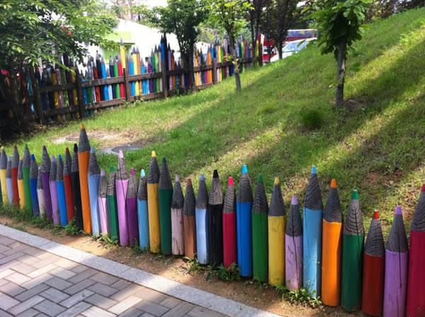 17 Creative Garden Fence Decoration Ideas