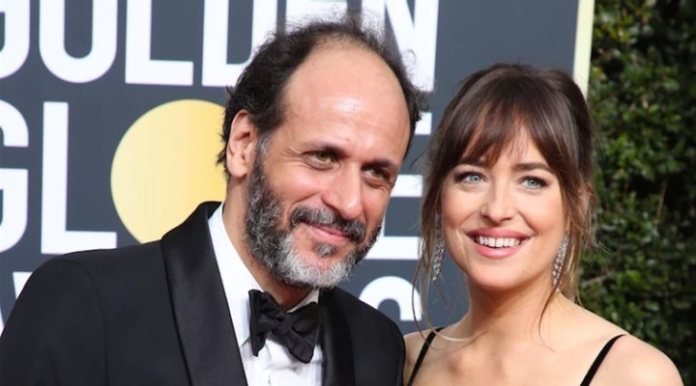 Luca Guadagnino y Dakota Johnson en los Globos de Oro