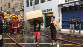Mesa Redonda: comerciantes intentan salvar productos ante incendio