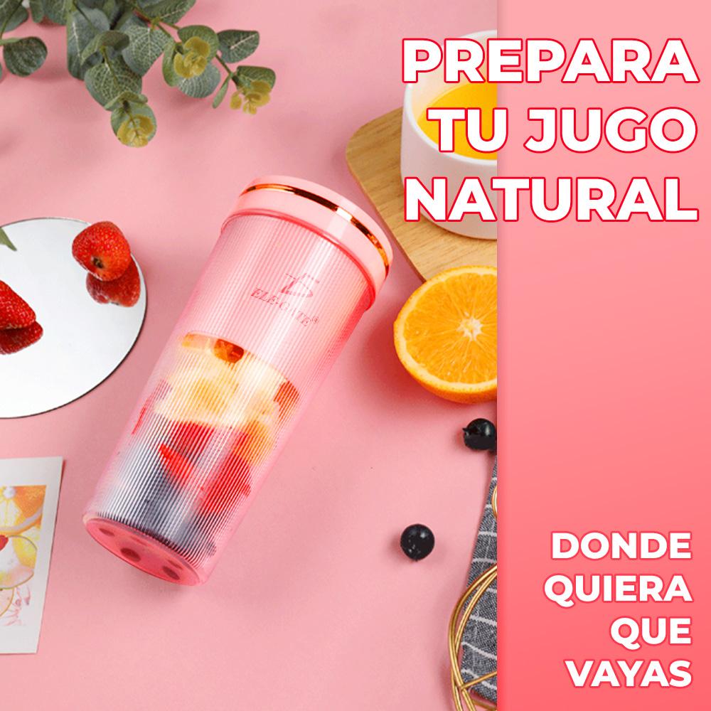 vaso licuadora con fruta en una mesa