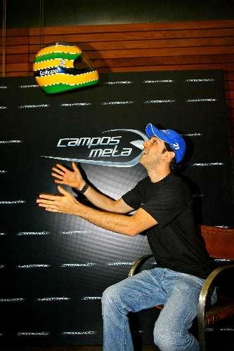 Bruno Senna brinca com o capacete em apresentação da Campos Meta, em São Paulo