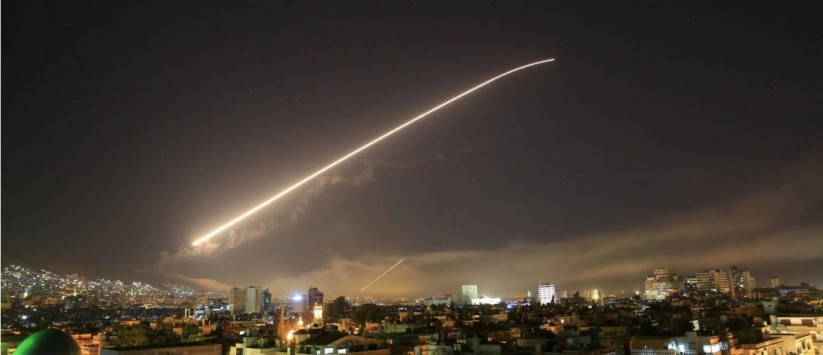 Ataque pode ser visto nos céus de Damasco, capital da Síria. Foto: Hassan Ammar/AP