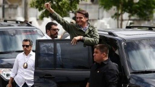 Ao deixar Vila Militar, presidenciável coloca corpo para fora do carro e ouve gritos de 'mito' - Foto: Fabio Motta/Estadão