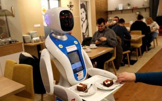 Robôsjá são usados para servir clientesem Budapeste