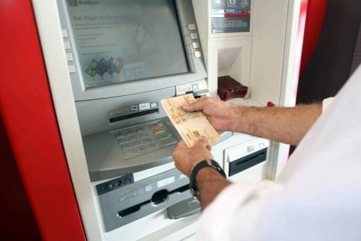 Resultado de imagem para Bancos fecham nesta sexta-feira e só reabrem na terça, dia 2