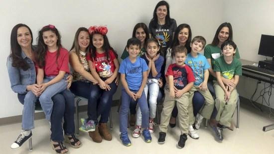 Algumas das crianças e pais que participam do programa bilíngue em português, entre eles uma colombiana e uma venezuelana