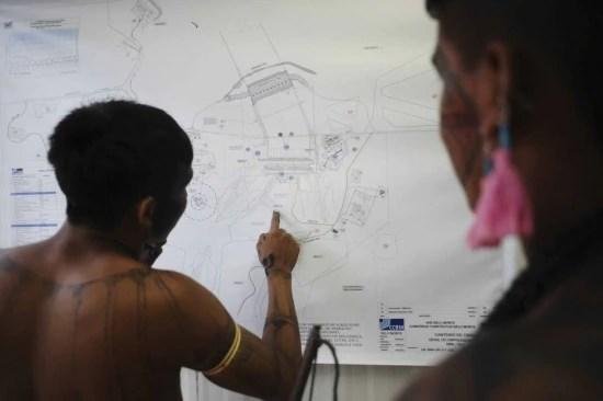Impactos. Indígenas da região amazônica estudam mapa de Belo Monte