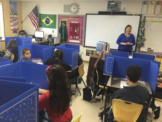Sala de aula tem bandeiras do Brasil e dos EUA