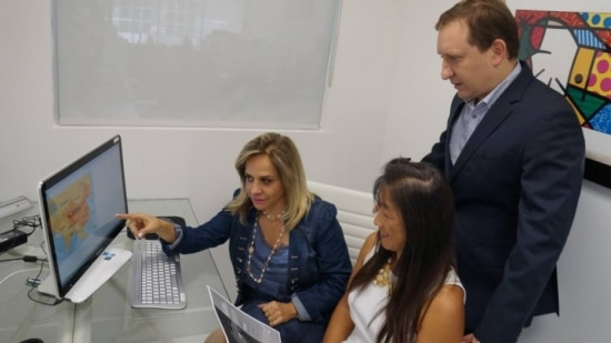 Corretores de imóveis brasileiros - Yara Gouveia (esq.), Uiane Lim (dir.), de descendência asiática, e Daniel Ickowicz, dono da Elite International Realty, se preparam para receber clientes chineses em Miami