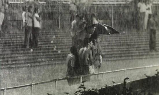Antes da 'camarotização'.No Maracanã pré-arena, se chovia todo mundo ficava molhado; era uma experiência de mistura cívica