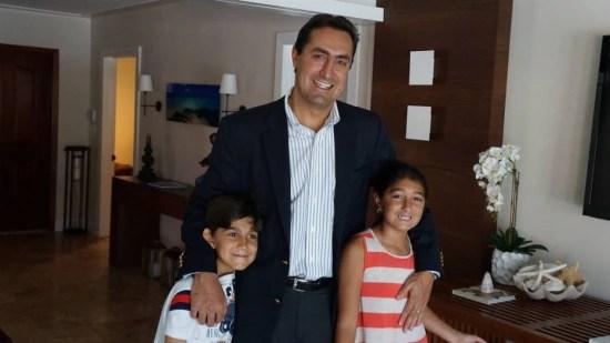 Ricardo Cury com os filhos Ana Beatriz, 9, e Ricardo, 7, em sua casa em Miami