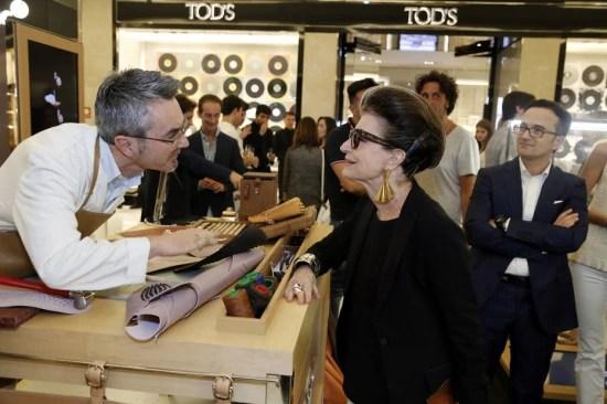 O artesão Fabrizio Vita veio da Itália mostrar os processos manuais da Tod's. Com Costanza Pascolato no Shopping JK.